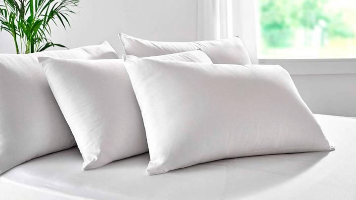 almohadas blancas sobre una cama