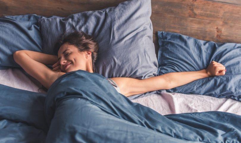 mujer descansando de forma fresca