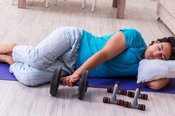 hombre durmiendo con una mancuerna de ejercicio