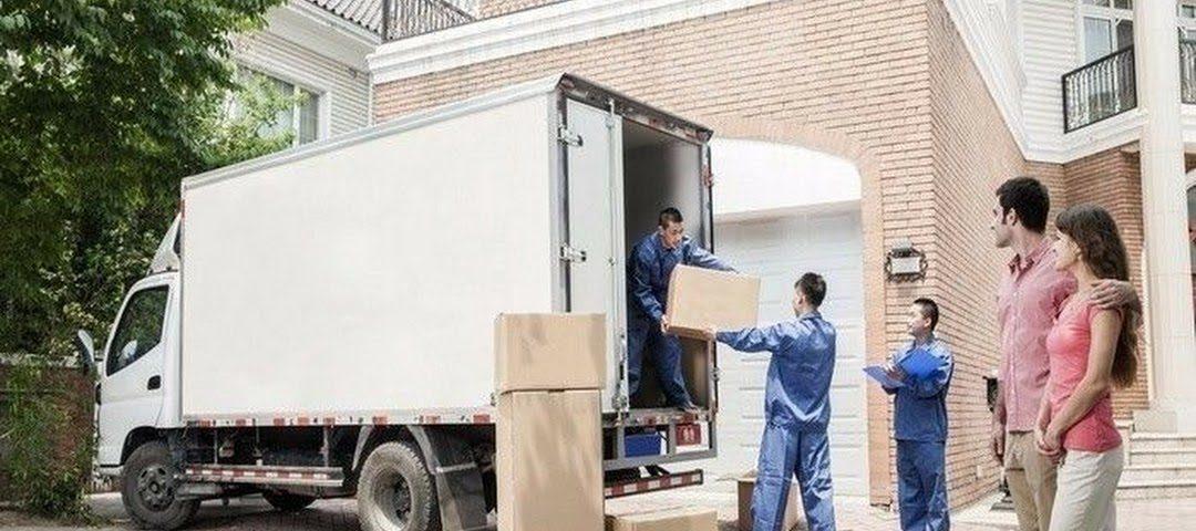 hombres cargando cajas en una mudanza