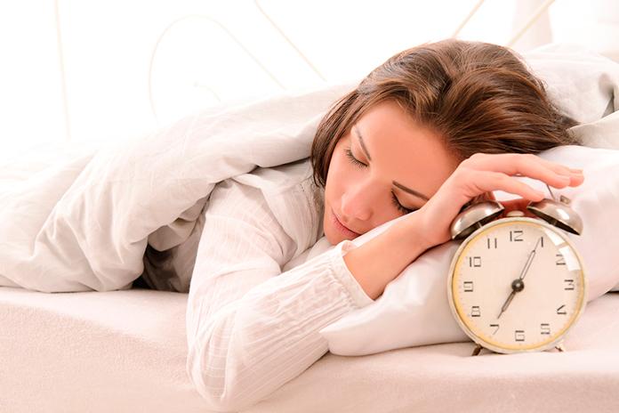 mujer apagando el despertador