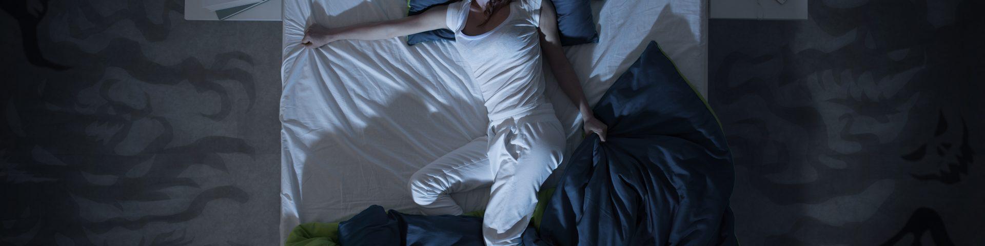 mujer durmiendo en una cama grande