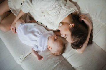 mamá durmiendo con bebé en un colchón