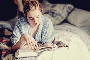 mujer leyendo en la noche