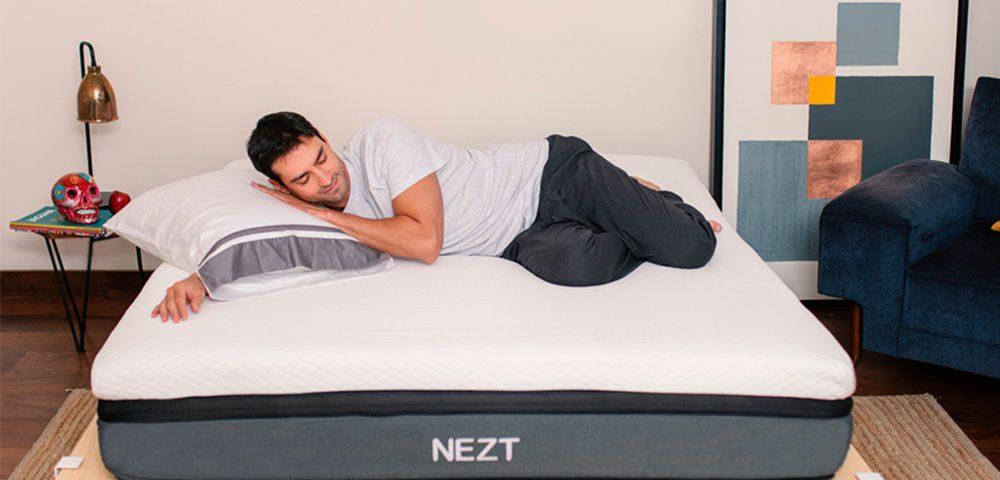 hombre durmiendo en un colchón