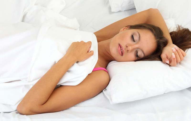 Mujer dormida boca arriba