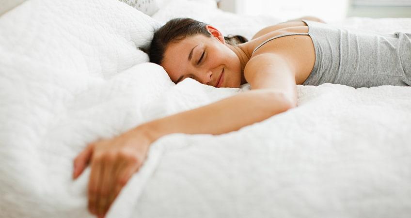 Mujer durmiendo en edredón