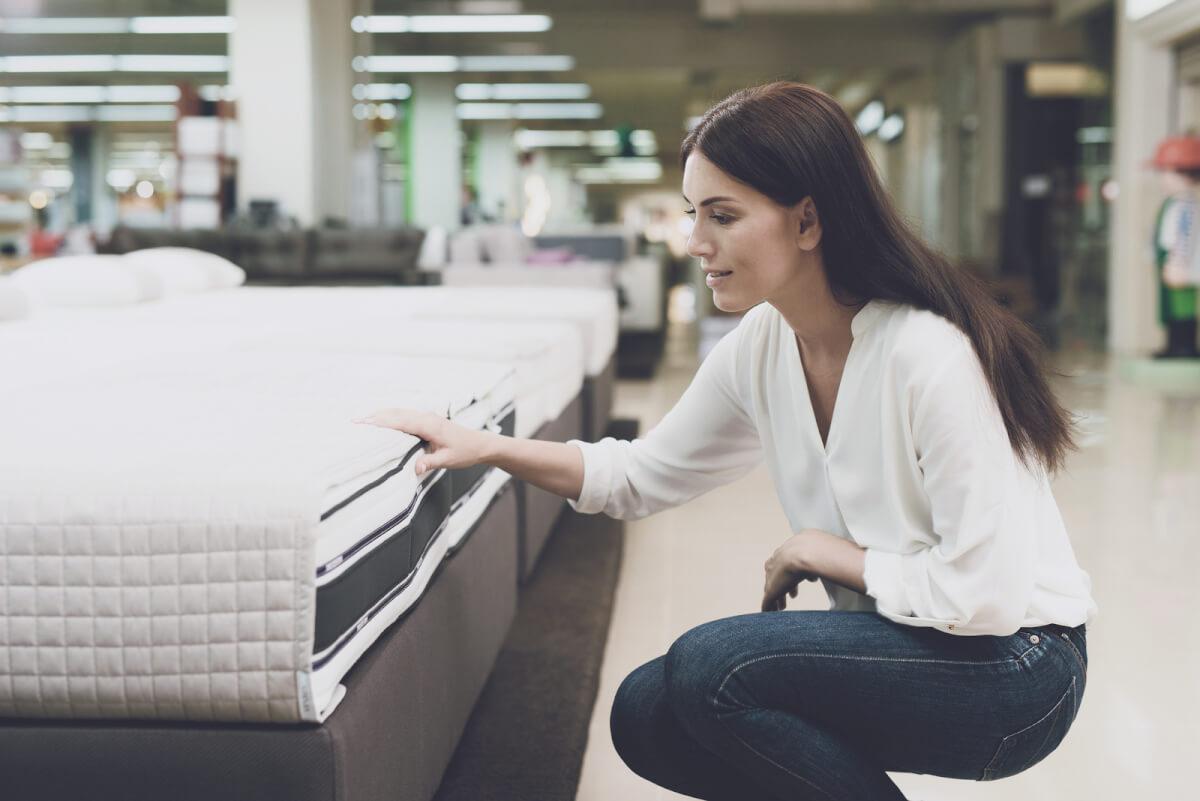 Mujer revisando colchón