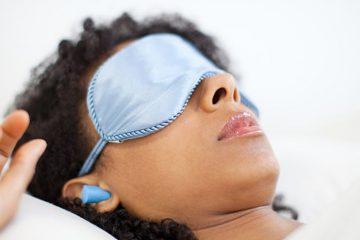 Mujer utilizando tapones para dormir