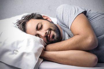 Hombre tratando de conciliar el sueño