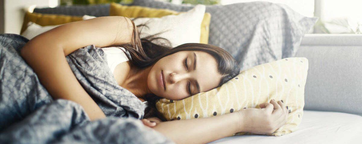 Mujer al dormir de lado