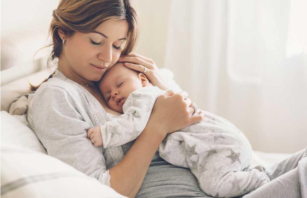 Mujer cargando a bebé