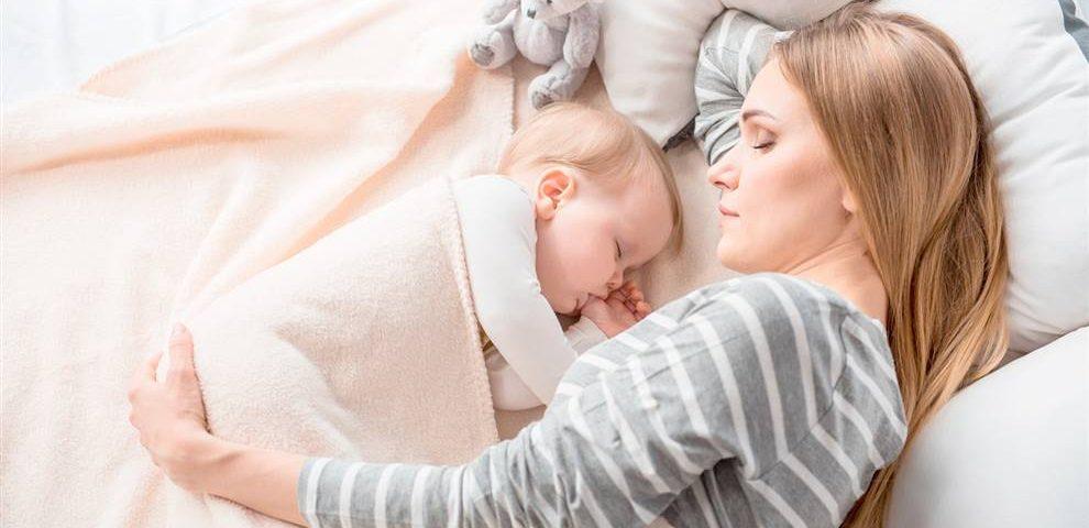 Mamá durmiendo con recién nacido